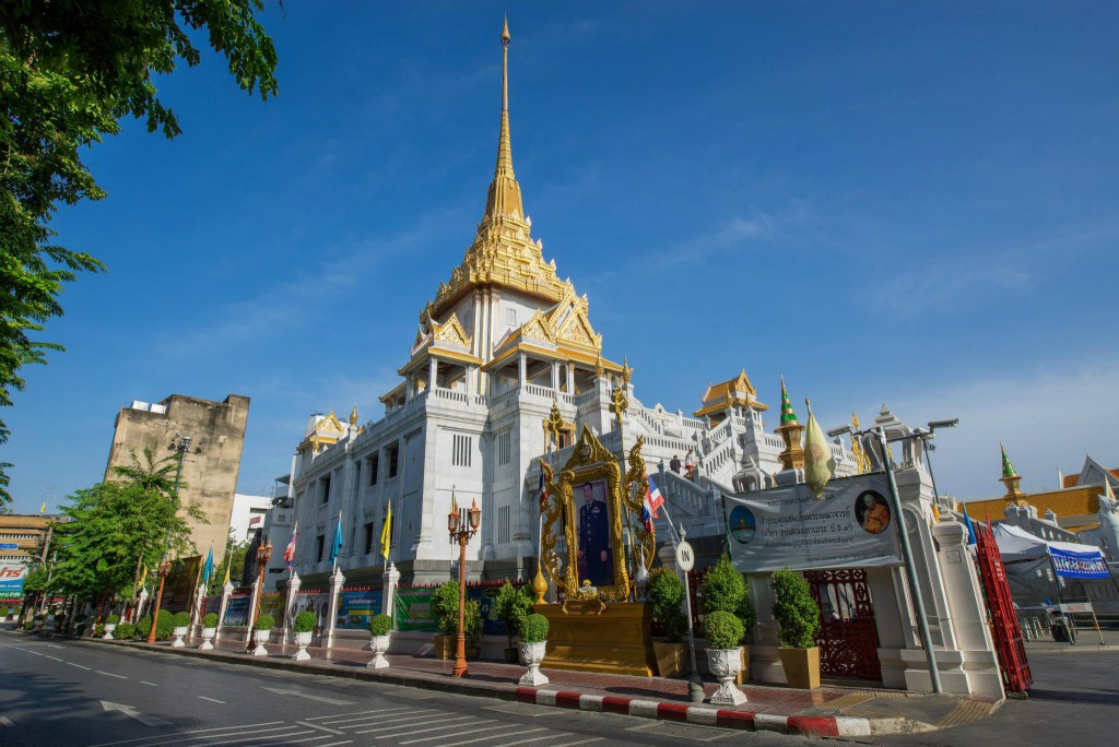 Entrance of Wat Traimit*