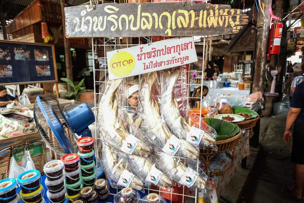 Selling river fish*