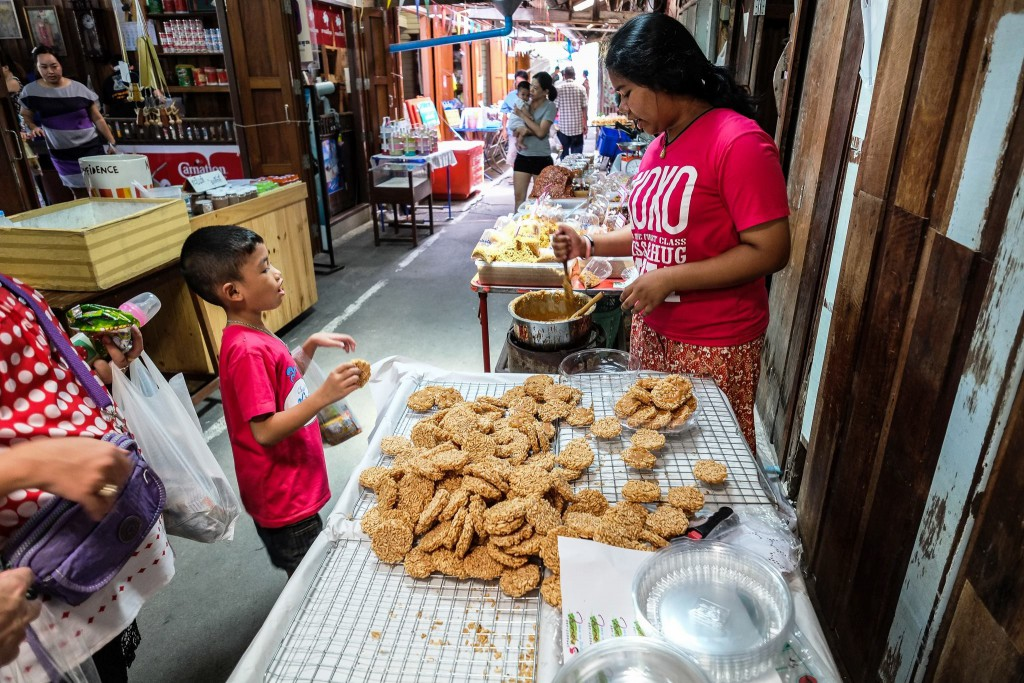 Selling Thai crispy sweet rice crackers*