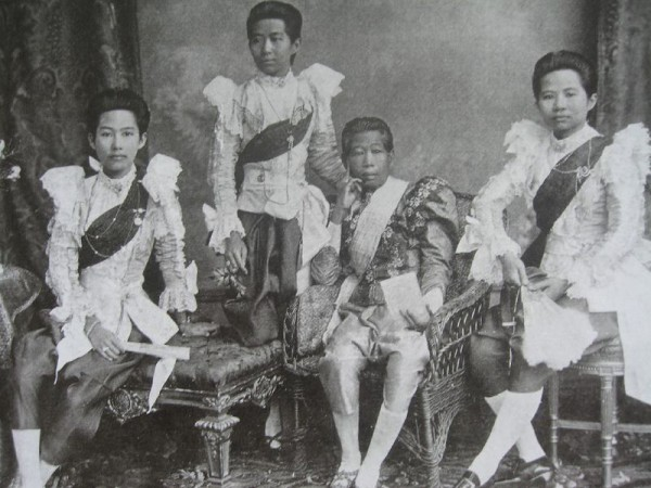 Consort Samlee Bunnag [Rama 4] with her daughters around 1880, (photo credit: teakdoor.com)