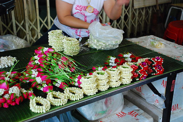 Phuang malai garlands being constructed in Pak Khlong Talat flower market, Bangkok (photo: Irene2005, wikimedia.org)