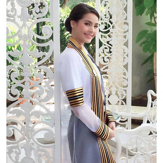 Yaya Urassaya just graduated from Chulalongkorn University (photo: Nadech & Yaya Vietnam Fanpage)