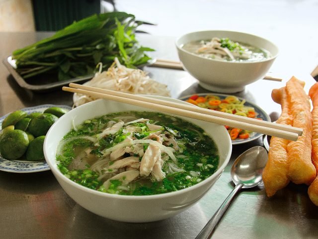 Rice noodle soup with chicken from Vietnam (photo: ©Christian Verlag / Heike Leistner)