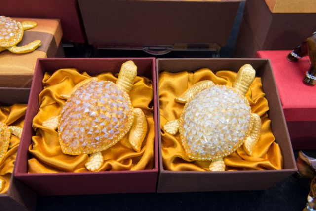 'Thaisouvenir & Gift', turtles with crystals