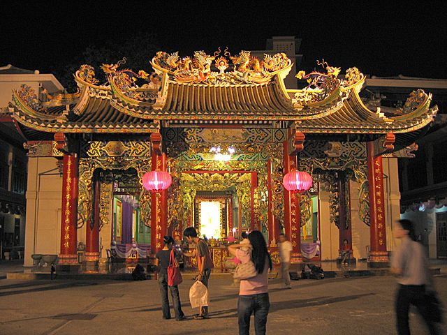 The shrine at Thien Fah Foundation during Chinese New Year. Samphanthawong District, Bangkok, Thailand (photo: Lerdsuwa, wikimedia.org)