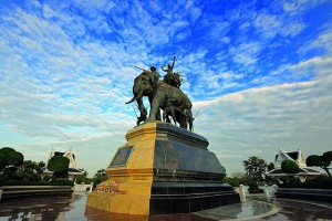 "Suriyothai Monument constructed in 1991 in the area called ""Tung Makham Yong"" in Ban Mai sub-district, PhraNakorn Si Ayutthaya district (photo credit: Peerapong Prasutr, wikimedia.org)"