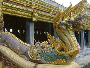 Phra Maha Chedi Chai Mongkol, Naga emerging from mouth of Makara (photo credit: Pawyilee, wikimedia.org)