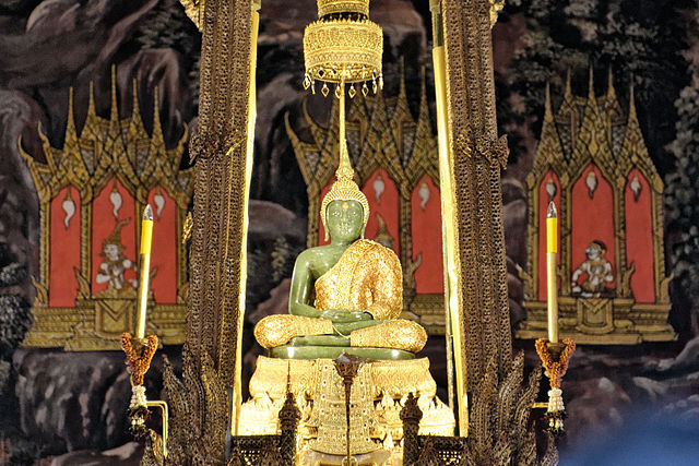 The precious Emerald Buddha, Wat Phra Kaeow (photo credit: JPSwimmer, wikipedia.org)