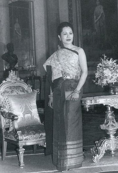 Queen Sirikit wearing a Thai Chakkri dress in 1962 (photo credit: Bureau of the Royal Household of Thailand, wikimedia.org)