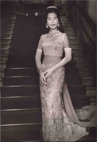 December 1960, the Queen wears a gown by Balmain, the dress' style is similar to Thai Dusit (photo credit: couturenotebook.com)
