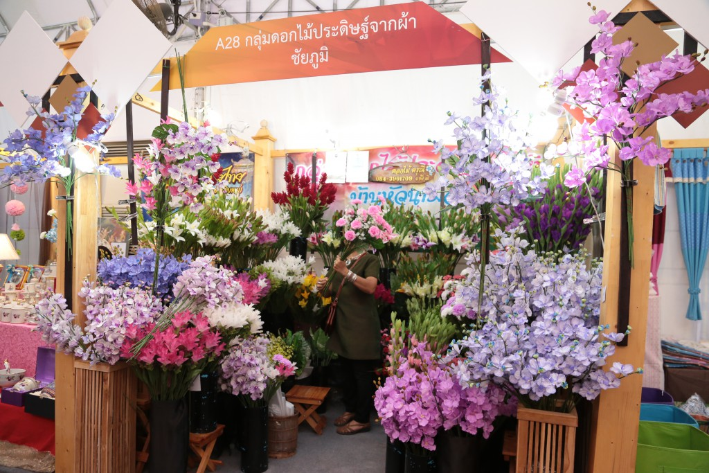 There are also amazing artificial flowers from Chaiyaphum province. These flowers are very beautiful, exquisite and affordable. Good for home, office, and restaurant decorations.