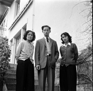 King Bhumibol with his mother and his elder sister at Villa Vadhana, 1945 (photo: Bureau of the Royal Household, Kingdom of Thailand, wikimedia.org)