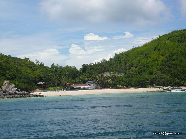 Koh Larn island, photo by Alex Voinich, wikimedia commons